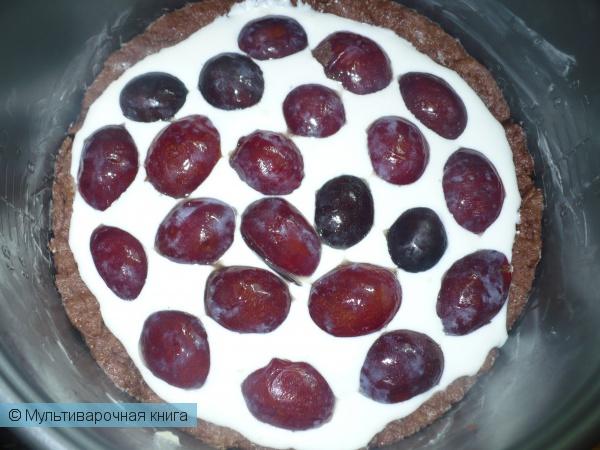 Выпечка: Шоколадный пирог с творогом и сливами