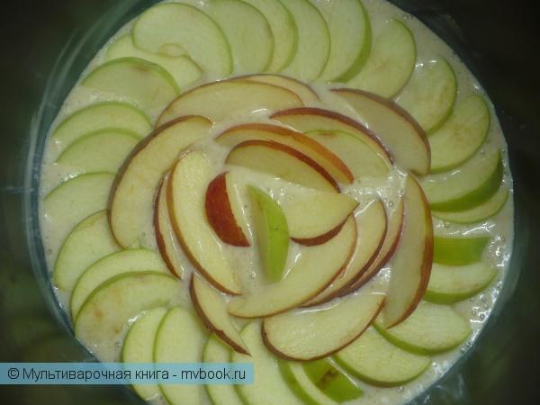 как резать яблоки на шарлотку фото