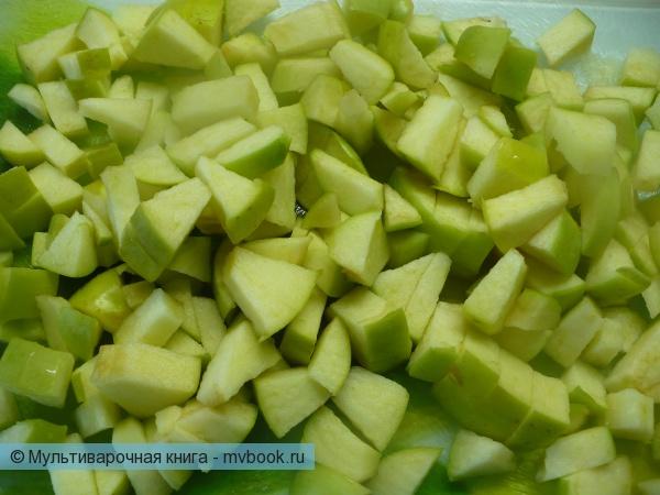 Нарезать яблоки крупными кубиками.
