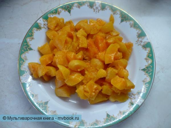 Нарезать абрикосы.