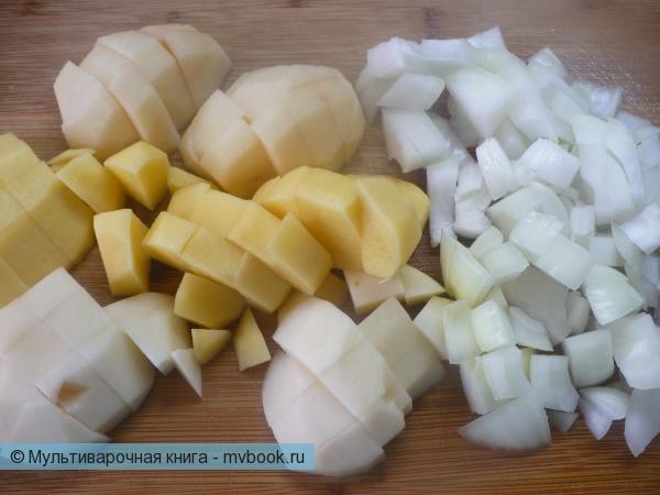 Картофель, лук и чеснок нарезать кубиками.