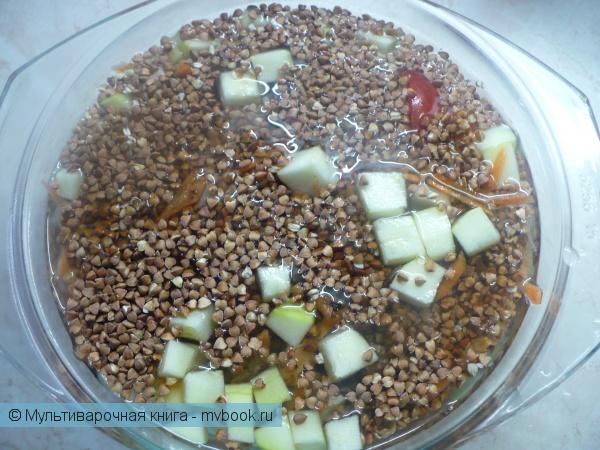Овощи и гречку сложить в стеклянную кастрюлю.