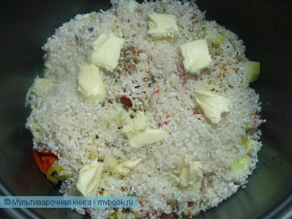 Сложить овощи, рис и сливочное масло в мультиварку.
