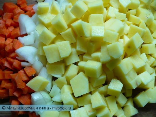 Нарезать овощи кубиками.
