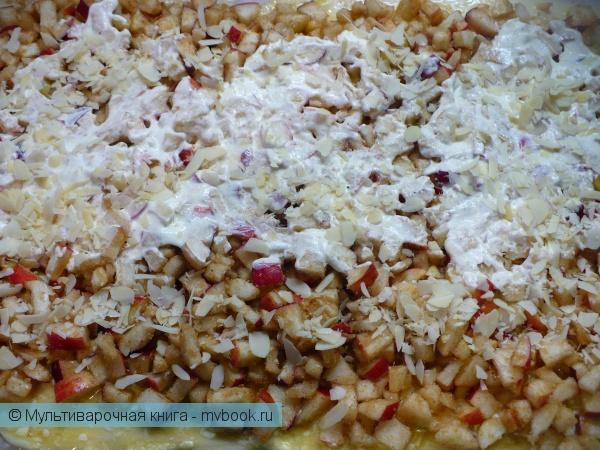 Выложить начинку слоями на тесто.