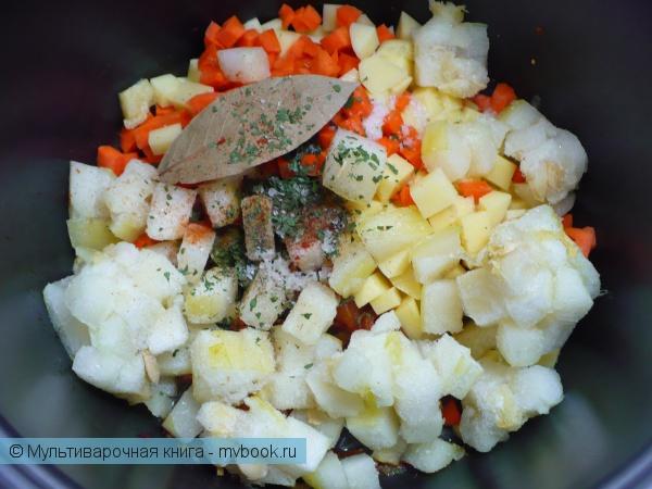 Добавить морковь, кабачок и картофель в мультиварку.