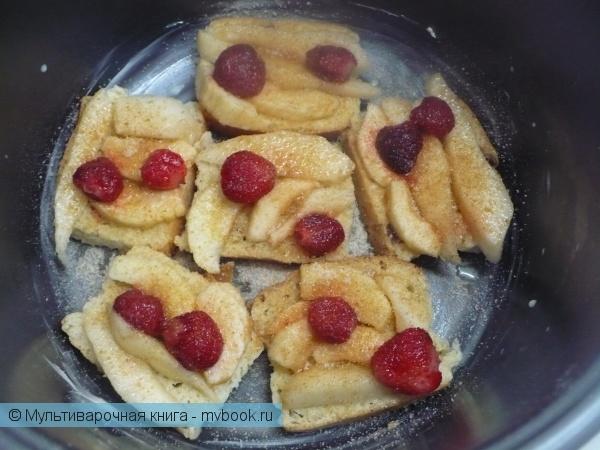 Выложить фрукты и ягоды на кусочки хлеба.