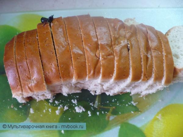 Нарезать хлеб ломтиками толщиной 5-7 мм.
