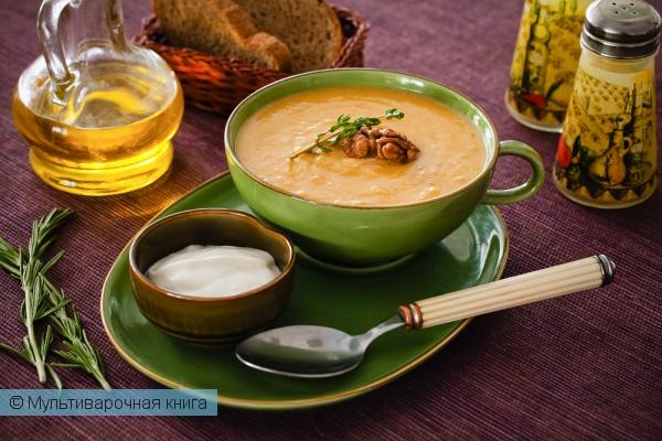 Первое блюдо: Тыквенный суп с орехами