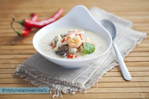 Первое блюдо: Тайский куриный суп с креветками