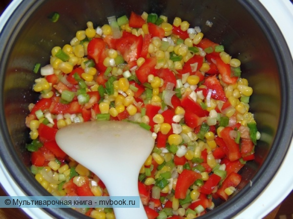 добавить кукурузу, подсолить, перемешать