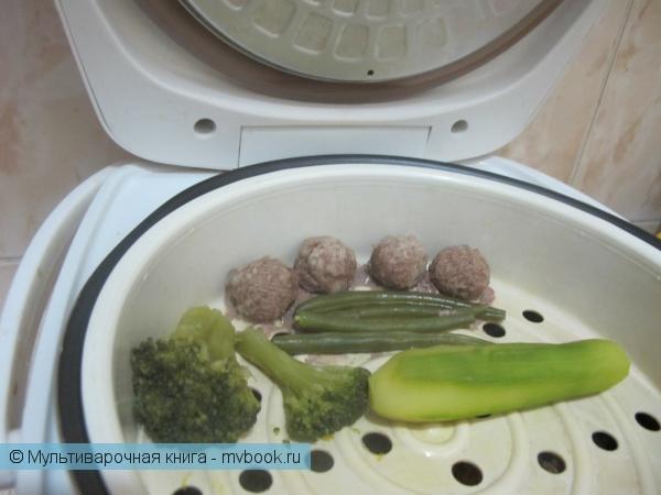 Детское меню: Говяжьи фрикадельки с овощами на пару