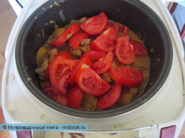 добавляем помидоры дольками не перемешивая