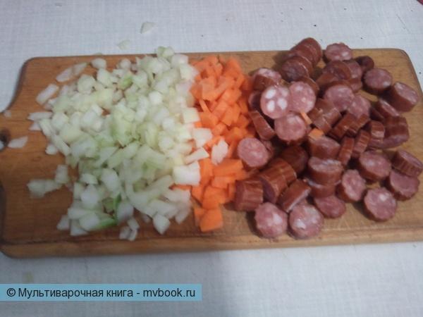 нарезаем колбаски, лук и морковь