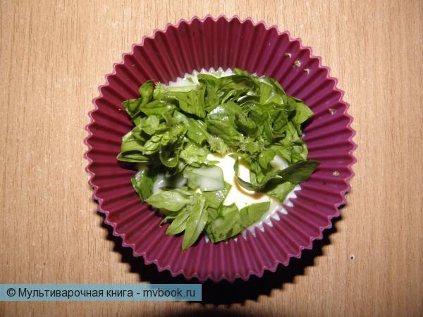 В смазанные маслом силиконовые формы положите порезанный шпинат