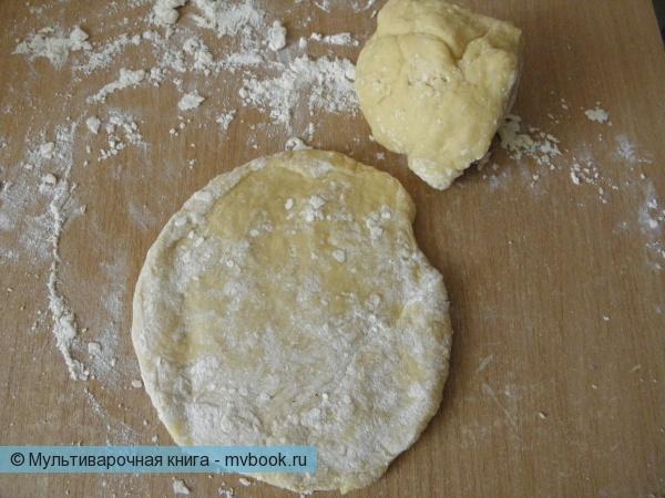 Из яиц, муки и соли готовим тесто