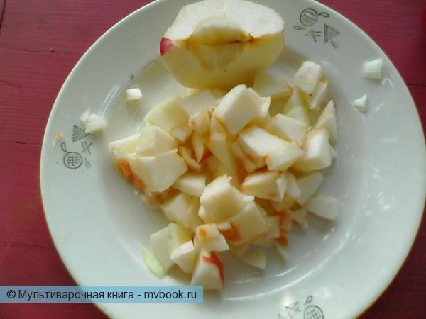 Яблоки очистить, освободить от сердцевины и мелко порезать