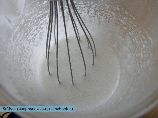Белки взбиваем с сахаром до появления пены