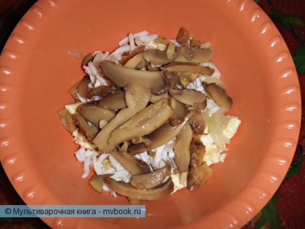 Салаты: Салат с омлетом и кальмароми.