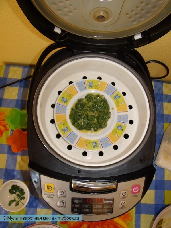 Смешиваем шпинат с желтком