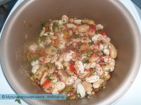 Добавляем все ингредиенты и заливаем томатом