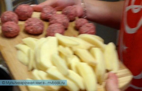 2. Пока овощи жарятся, мы почистим картофель и нарежем его соломкой. Фарш посолить, поперчить и сформировать из него тефтели.